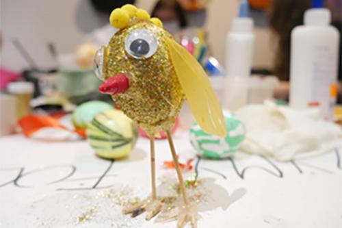 Ozdoba wielkanocna z wydmuszki - złoty kurczaczek