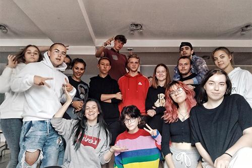 Grupowe zdjęcie młodzieży z Mojego Miejsca