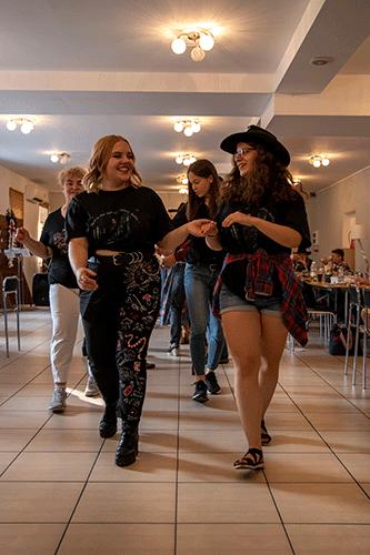 Tańczące pary w sali przy Legnickiej 65.